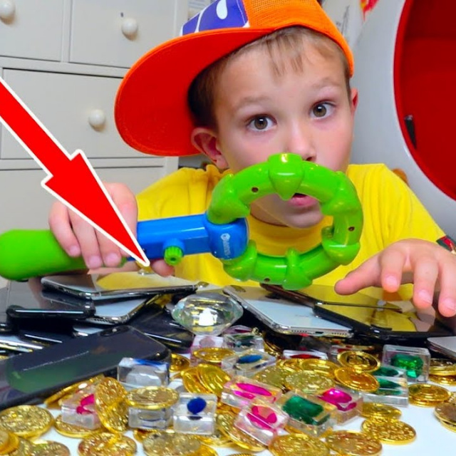 Мистер Макс Дети нашли Странный Клад у нас во дворе - 20 iPhone X бриллианты и не только