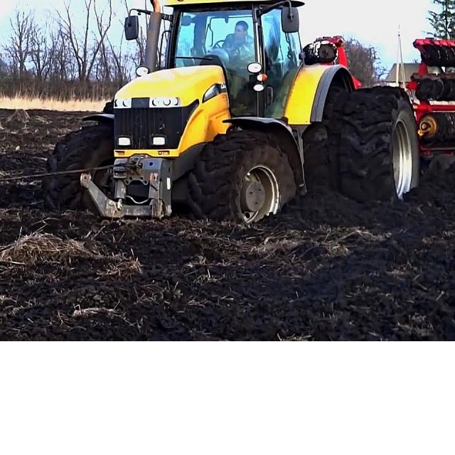 Тракторы МТЗ, Fendt, Case на поле в грязи Трактор мчался по полю слегка попахивая