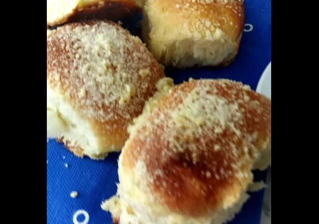 Пуховые булочки с посыпкой штройзелем