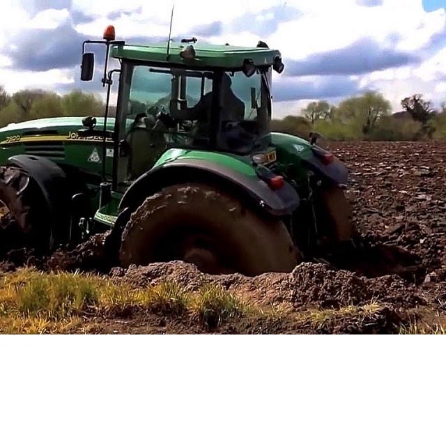 Тракторы CLAAS JOHN DEERE и др в грязи по шею Жесткое испытание бездорожьем Подборка
