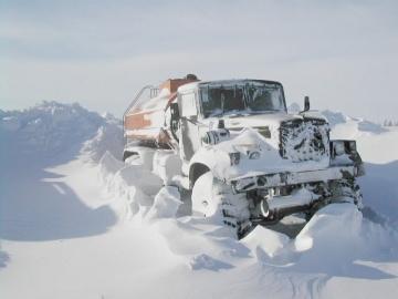 Суровые дальнобойщики на зимнике Экстремальный дальнобой Бездорожье севера