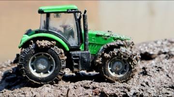 Трактора в грязи с игрушечными тракторами Машины для детей
