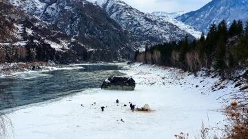 Зимняя рыбалка на хариуса у рассекреченной дачи Путина на Алтае/Отпустили камеру по лед и офигели
