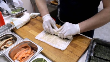 Как приготовить ролл с огурцом и семгой показал повар кафе Тропик