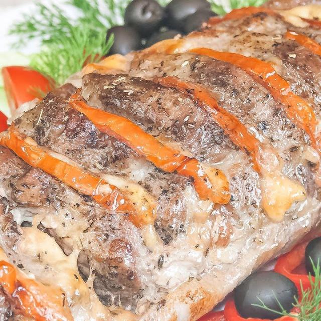 Рецепт видео - Свинина запеченная в духовке с помидорами и сыром «Гармошка»