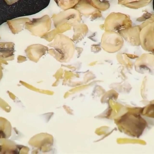 Как приготовить грибы для фаршированного омлета от шеф-повара /  Илья Лазерсон / Обед безбрачия