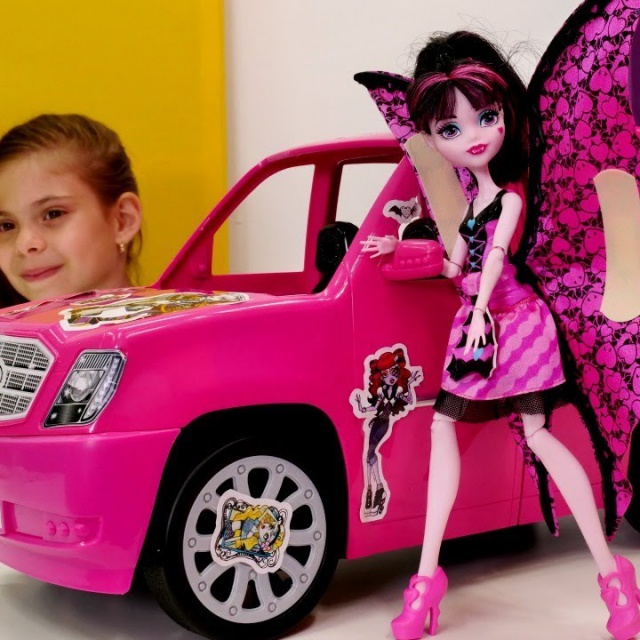 Куклы Монстер Хай. Машина Дракулауры. Видео для девочек.