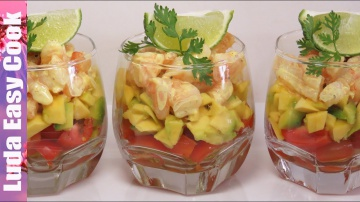 Праздничный слоеный салат с креветками и авокадо
