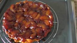 Перевернутый яблочный пирог с карамелью