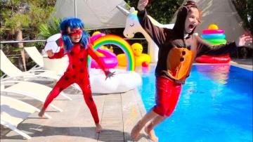 Макс и Катя Леди Баг и FNAF Фредди утопили планшет Макса в бассейне