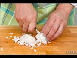 Два способа нарезать лук мелким кубиком мастер-класс от шеф-повара / Илья Лазерсон / Обед безбрачия
