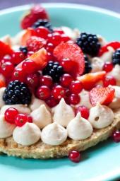 Юлия Высоцкая — Легкий пирог с маскарпоне и ягодами