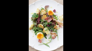 Юлия Высоцкая — Теплый салат с яйцом и беконом
