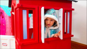 Катя и Макс играют с игровыми домиками для детей