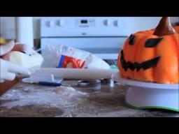Тыква на Хэллоуин - простое и оригинальное украшение торта мастикой для вечеринки на Хэллоуин.