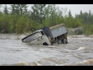 Дальнобойщики По бездорожью России на грузовиках Нереальное бездорожье и Отважные водители