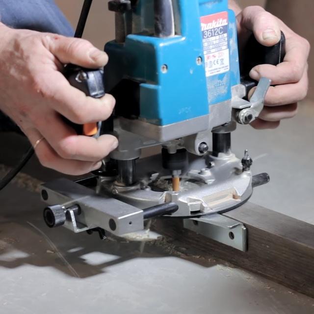 Работа с фрезером или как сделать паз для доборов и петель.