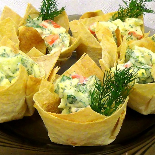 Корзинки из лаваша с аппетитным салатом
