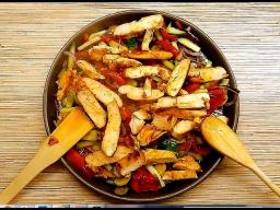 Алена Митрофанова -  Салат с куриной грудкой и овощами в соевом соусе